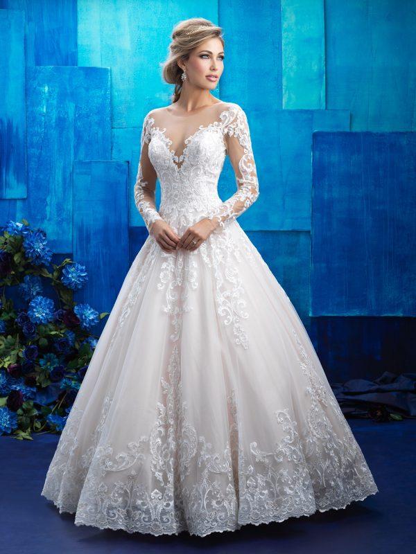 7cf2d920f Majestoso, os dois modelos acima têm mangas e caldas de renda. São uma  homenagem aos vestidos de noiva que sonhamos quando meninas.